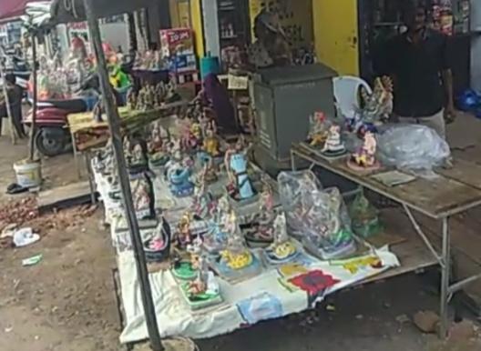 વેપારીઓ ઓછા ભાવમાં મૂર્તિ બનાવી વેચી રહયા. જેના કારણે ત્યાંના બાવરી સમાજના મૂર્તિ વ્યવસાય માં જોડાયેલા લોકોનો વિરોધ ?